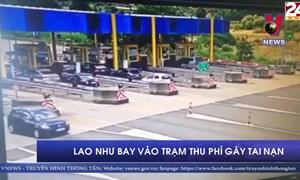 [Video] Xe ô tô lao như bay vào trạm thu phí gây tai nạn