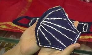 [Video] Khẩu trang kim cương thật giá hơn 5.000 USD ở Ấn Độ