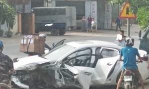 [Video] Tài xế Mazda thoát chết sau va chạm với container