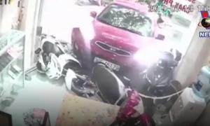 [Video] Ôtô bất ngờ tăng tốc, lao thẳng vào cửa hàng điện thoại