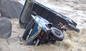 [Video] Lũ cuốn trôi ôtô ở Yên Bái sau mưa lớn