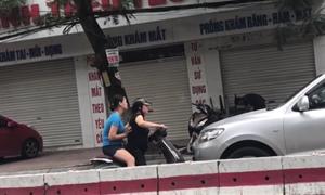[Video] Choáng: Hai phụ nữ đi xe máy ngược chiều chặn đầu chửi mắng ô tô kiểu