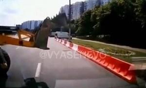 [Video] Máy ủi quay đầu bất cẩn khiến xe con đi sau gặp họa