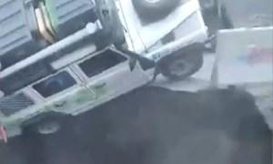 """[Video] Sốc: Thót tim khoảnh khắc hố tử thần """"nuốt chửng"""" ô tô"""