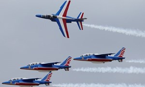 [Video] Máy bay không quân Pháp lao xuống đường quốc lộ