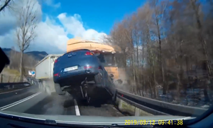 [Video] Thót tim cảnh xe tải mất lái đâm bay ô tô con đi ngược chiều
