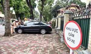 [Video] Nóng: Hàng loạt ô tô dừng đỗ trái phép ở trung tâm Hà Nội bị xử phạt