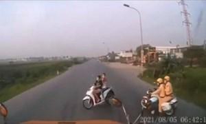 [Video] Né Cảnh sát giao thông, 2 cô gái đi xe SH bất ngờ tạt đầu xe container trên quốc lộ