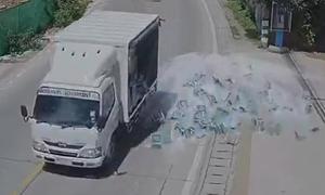 [Video] Xe tải vào cua đánh rơi hàng trăm chai bia xuống đường