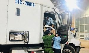 Bắt giữ tài xế xe đầu kéo chở 10.000 bao thuốc lá nhập lậu