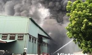 [Video] Khói lửa ngùn ngụt trong vụ cháy lớn gần AEON Mall Long Biên
