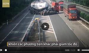 [Video] Xe bồn quay đầu, đi ngược chiều trên cao tốc Trung Quốc