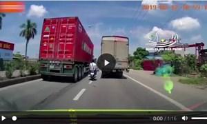 [Video] Nhóm thanh niên len lỏi, lạng lách đánh võng trước đầu ô tô trên quốc lộ