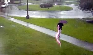 [Video] Giây phút người đàn ông bị sét chớp lòe đánh trúng