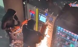 [Video] Nhóm trộm mang hẳn máy cắt cưa cây ATM lấy tiền