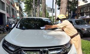 [Video] Cảnh sát giao thông thí điểm dán phiếu phạt lên ôtô vi phạm
