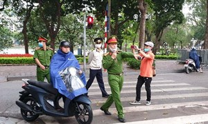 [Video] Hà Nội phạt nhiều người không đeo khẩu trang khi ra đường