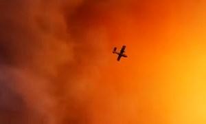 [Video] Máy bay lao vào bầu trời đỏ rực do cháy rừng ở Hy Lạp