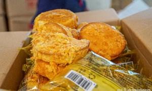 Cận cảnh hơn 800 thùng bánh nhập lậu trên xe tải