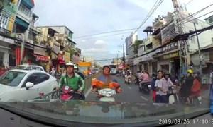 [Video] Tài xế ôtô bị xe ôm đi ngược chiều mắng chửi