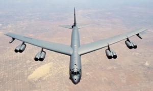 [Video] Không quân Mỹ thay động cơ máy bay ném bom B-52