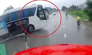 [Video] Xe khách chuyển hướng ẩu, tài xế container phanh cháy lốp để tránh