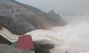 [Video] Mưa lớn suốt 2 ngày, thủy điện xả lũ, hàng trăm dân Hà Tĩnh bị cô lập