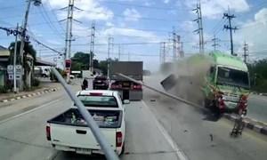 [Video] Cố tình vượt đèn đỏ, xe đầu kéo gây tai nạn kinh hoàng