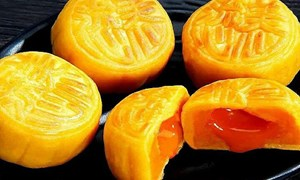 [Video] Bánh Trung thu trứng chảy bán tràn lan
