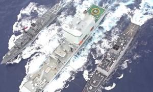 [Video] Việc tiếp dầu cho tàu chiến trên biển diễn ra như thế nào?