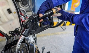 Giá xăng dầu vọt tăng phiên đầu tuần