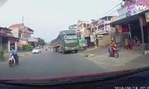 """[Video] Bị người phụ nữ đi xe máy tạt đầu, xe ben phanh """"cháy đường"""""""