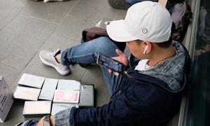 [Video] iPhone 11 vừa ra đã sang tay ngay trên vỉa hè ở Singapore