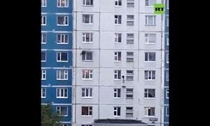 [Video] Thót tim cuộc giải cứu cô gái mặc kẹt trong căn hộ chung cư bị cháy