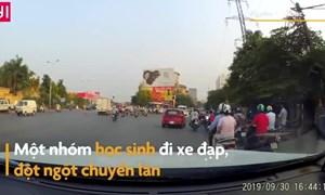 [Video] Học sinh đi xe đạp suýt gặp họa vì tạt đầu ôtô