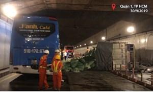 [Video] Xe tải đâm ôtô khách, hầm Thủ Thiêm bị phong toả