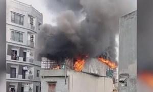 [Video] Cửa hàng gối nệm 4 tầng cháy rụi