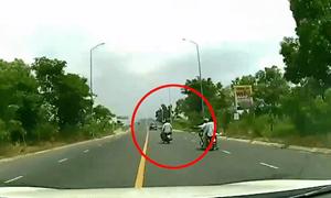 [Video] Xe máy chở 3 cắt đầu ôtô đang chạy vận tốc 80 km/h