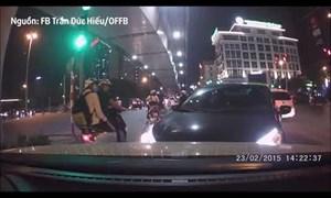 [Video] Pha xử lý khó hiểu của tài xế xe con, khiến người đi đường bất ngờ