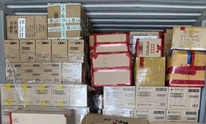 Bắt giữ lô hàng hiệu giấu trong container nhựa nhập khẩu