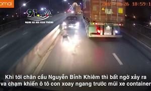 [Video] Va chạm với container, ô tô con xoay ngang giữa đường