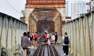 [Video] Phố cà phê đường tàu đóng cửa, khách du lịch đổ xô ra cầu Long Biên chụp ảnh