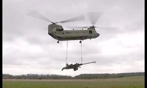 [Video] Trực thăng CH-47 Chinook vận chuyển lựu pháo M-777