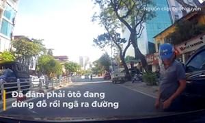 [Video] Mải dùng điện thoại, tài xế xe máy suýt bị ôtô tông trên phố