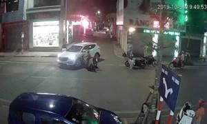 [Video] Phóng nhanh, thiếu quan sát, thanh niên lao xe máy găm bánh vào ô tô