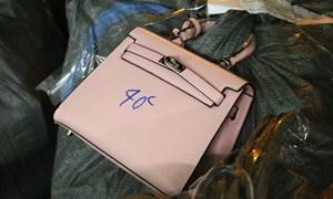 [Video] Phát hiện gần 1.500 túi xách giả các nhãn hiệu nổi tiếng tại Phú Xuyên