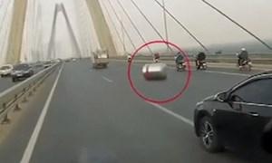 [Video] Téc nước rơi giữa cầu Nhật Tân suýt gây tai nạn liên hoàn