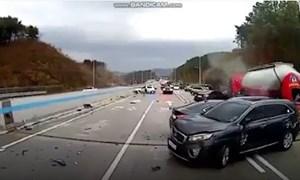 [Video] Tai nạn liên hoàn trên cao tốc vì đường quá trơn