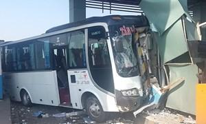 [Video] Xe khách tông sập cabin trạm thu phí