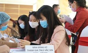 [Infographics] Việt Nam tiêm mũi vắcxin Covid-19 đầu tiên cho người tình nguyện